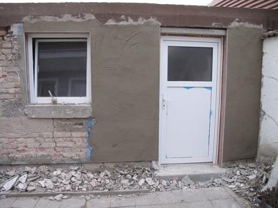 Erste Lage Putz an der Garagenwand