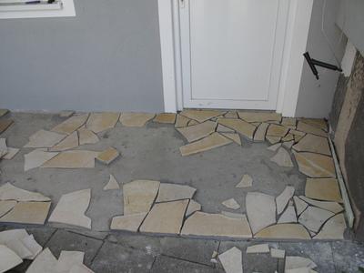 Erste Polygonalplatten verlegt