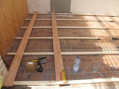 Unterkonstruktion und Ausrichten der Terrassendielen